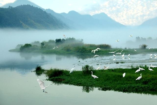 """江流曲折,风景秀丽,是典型的山水江南,亦被称为""""鱼米之乡""""."""